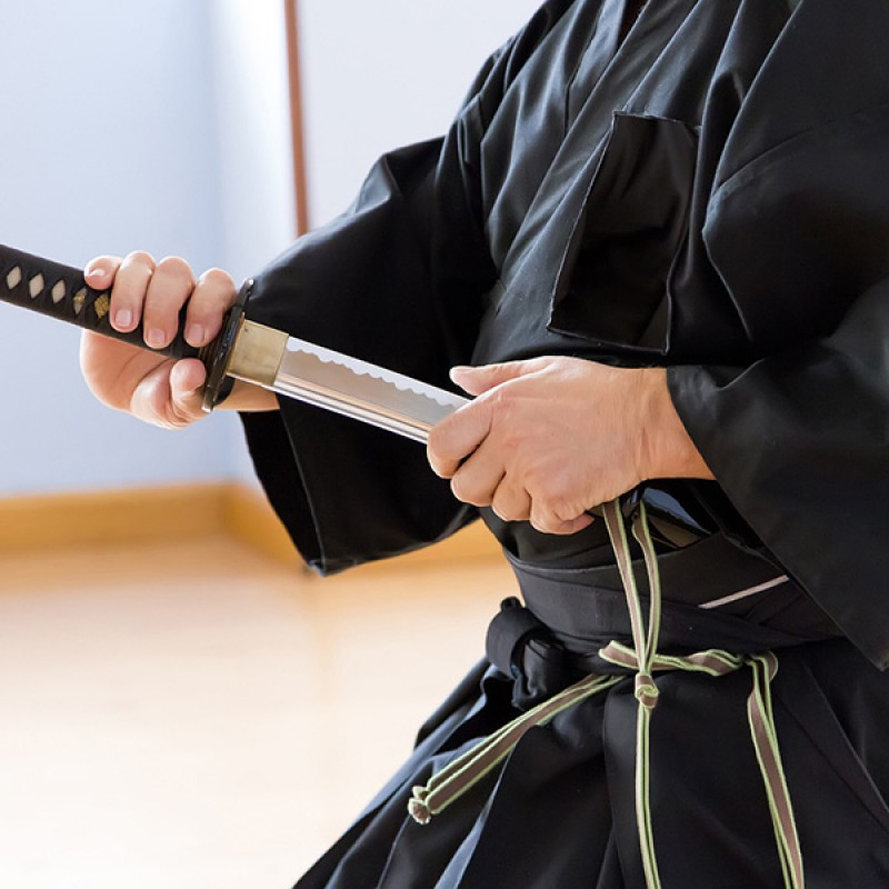 Why does the cutting edge face up when wearing katana?
